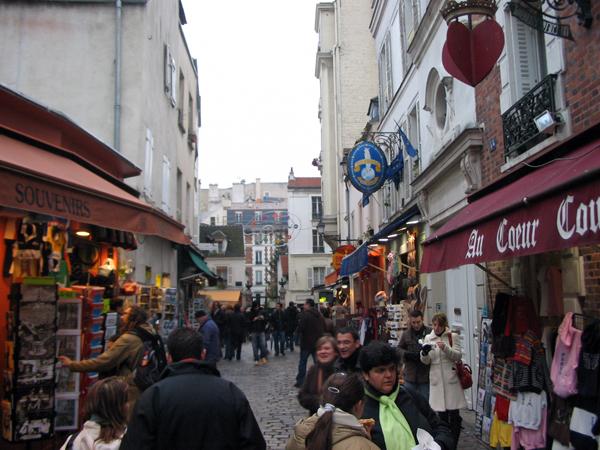 Uma animada rua no bairro boêmio de Montmartre
