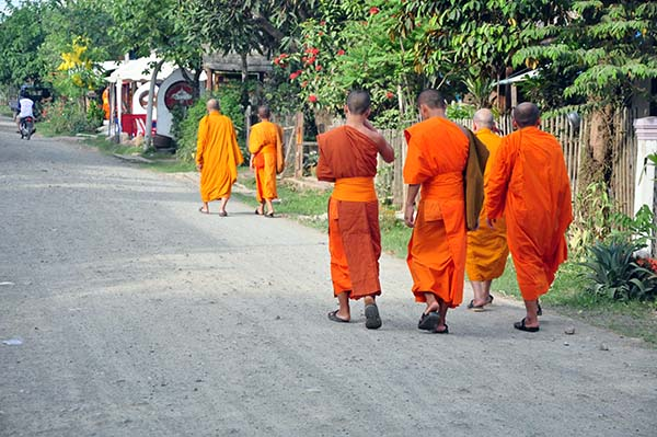 Monges caminham na calma e silenciosa Luang Prabang no Laos