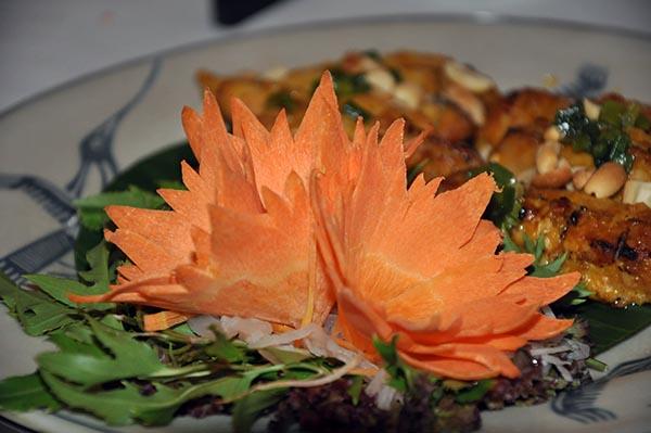 Detalhe das flores feitas de cenoura no prato da deliciosa culinária vietnamita