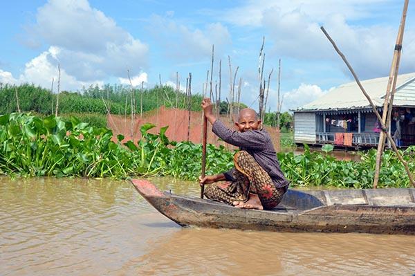 Uma sorridente cambojana habitante da Vila Flutuante