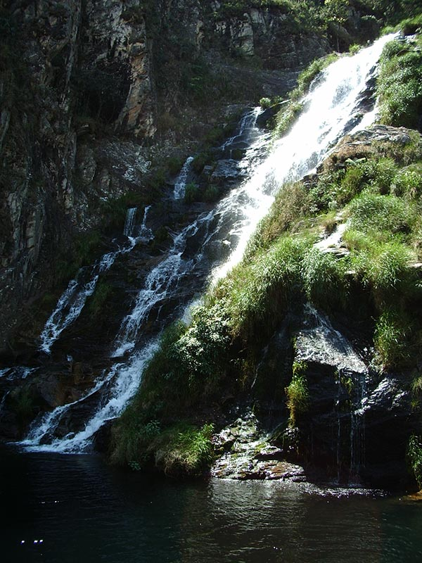 Linda cachoeira na trilha na Fazenda da Maria