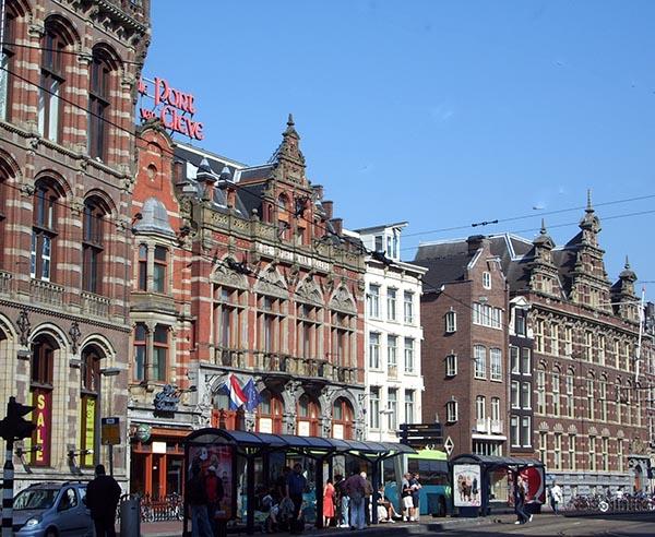 Damrak, uma das avenidas principais de Amsterdam