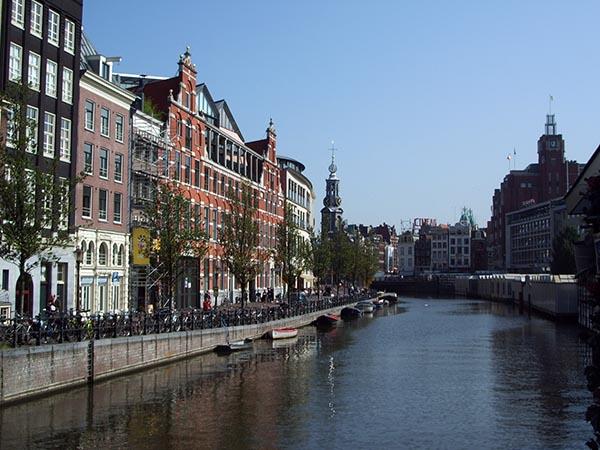 Canal, bicicletas e lindas casas do século XVII formam a beleza de Amsterdam