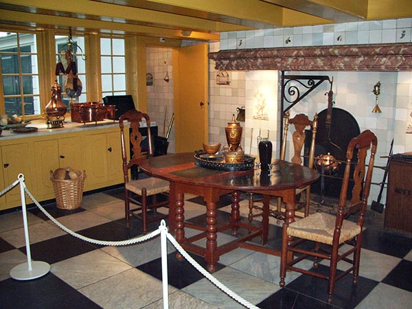 Cozinha no andar térreo. Os móveis são uma mistura de cozinhas existentes nas casas do século XVIII