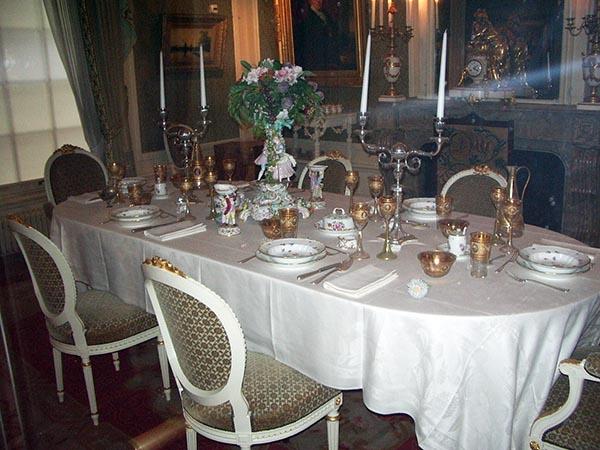 Sala de jantar. OS empregados traziam os pratos da cozinha no andar de baixo para essa sala