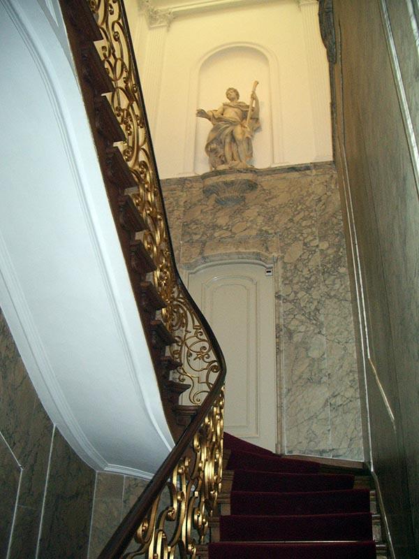 Escadas para o segundo andar da casa museu