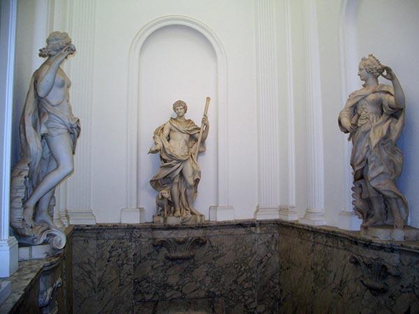 Estátuas na parte superior das escadas