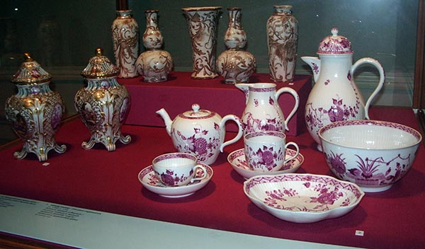 Peças de porcelana de uma das coleções da casa