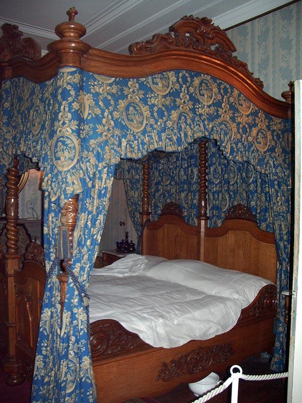 Cama em dorsel no quarto principal