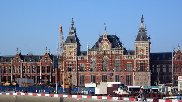 Estação central de Amsterdam, construída entre 1881 e 1889 em estilo neo-renascentista mas com algumas características góticas