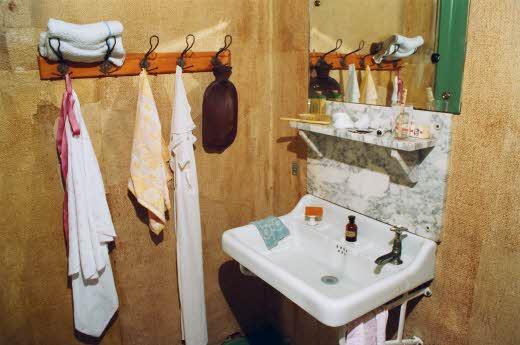 Banheiro do esconderijo. As pessoas só podiam usar o banheiro em horários em que o barulho da água escorrendo pelos canos não despertasse a atenção de outras pessoas.