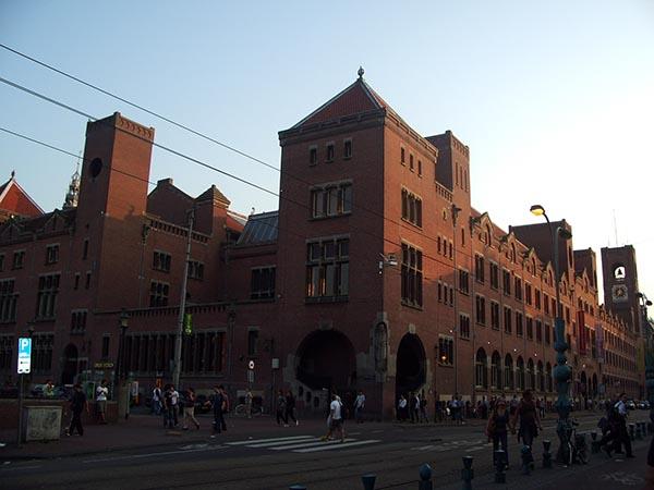 O imponente Beurs van Berlage, um dos prédios mais famosos da Damrak