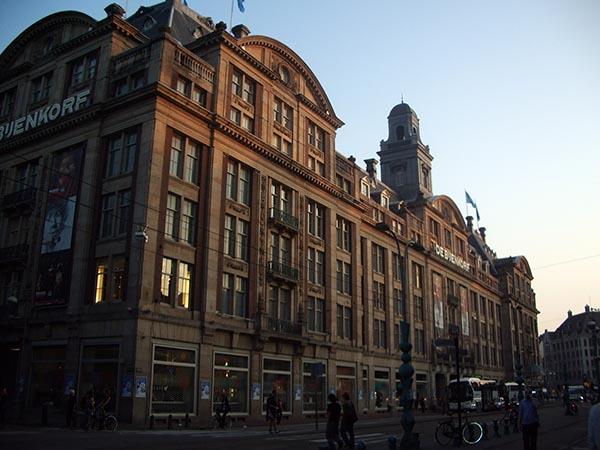 Bijenkorf, local de compras com história que remete à Segunda Guerra Mundial