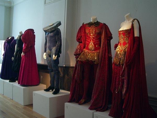 Peças de vestuário em exposição