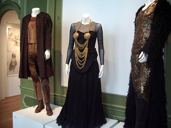 São várias vestimentas distribuídas na galerias do antigo museu