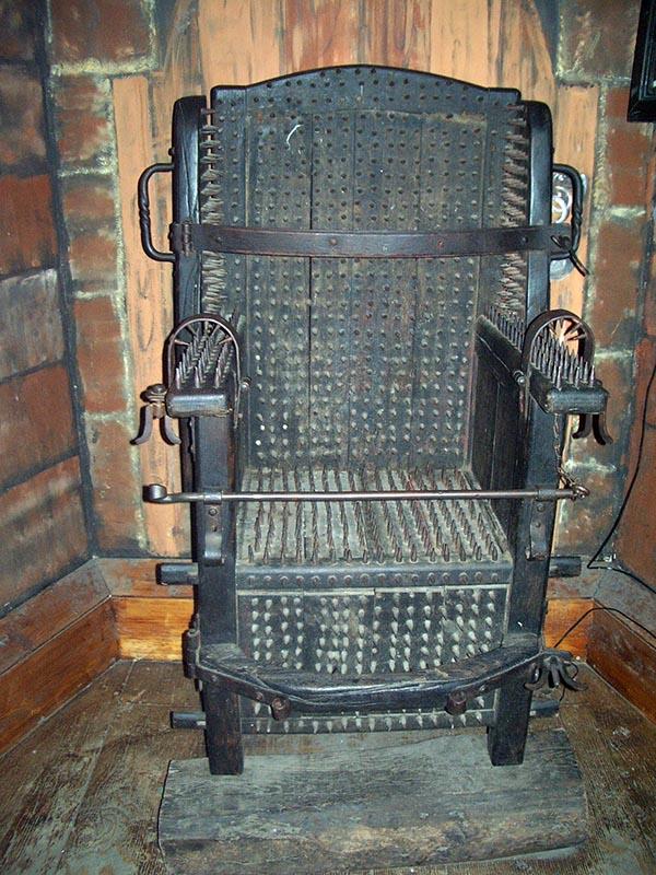 Cadeira de tortura onde o próprio peso da pessoa era usado para afunda-la nas pontas existentes na cadeira
