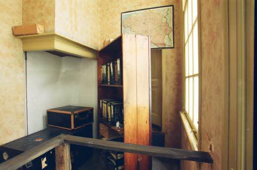 Estante que servia de fachada para o anexo onde a família Frank e mais outras 4 pessoas viveram escondidas por dois anos