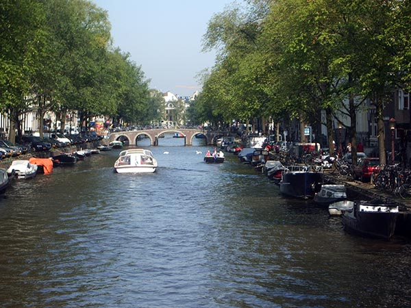 Canais de Amsterdam, uma boa pedida passear de barco por eles