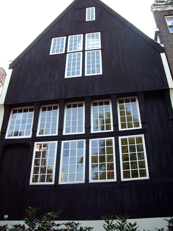 Fachada de madeira da casa mais antiga, do século XV