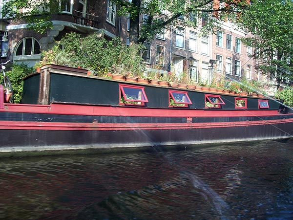 Casa flutuante em um dos canais de Amsterdam