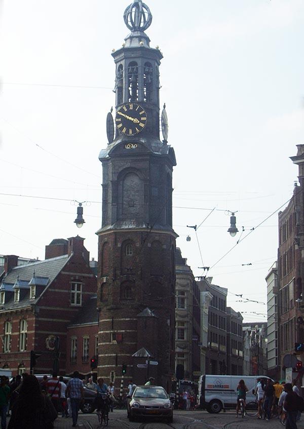 Torre reconstruída do Munttoren na praça Multiplein
