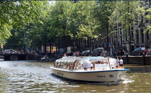 Embarcação do tour pelos canais